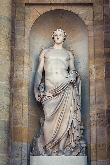 Statue à l'entrée de l'Hôtel de Ville