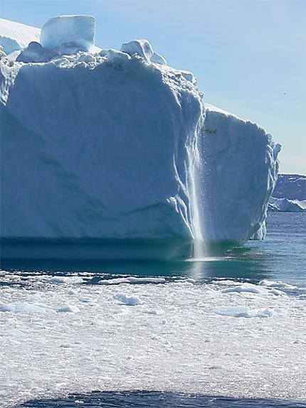 Une cascade sur un iceberg