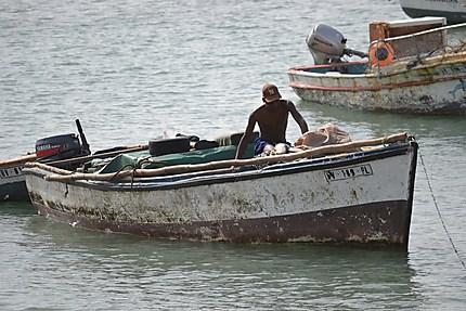 Pêcheur dans le port de Sal Rei