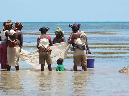 Femmes malgaches et leurs enfants à la pêche