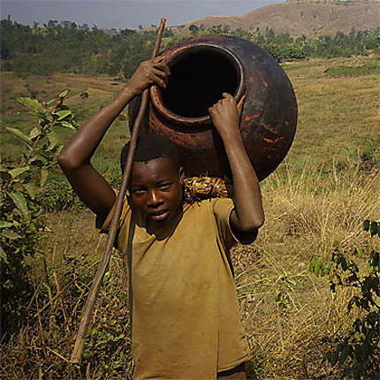 Peuple Batwa - porteur de poterie