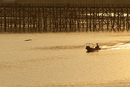 Une barque et un pont