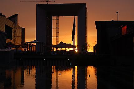 Coucher de soleil sous l'Arche de la Défense