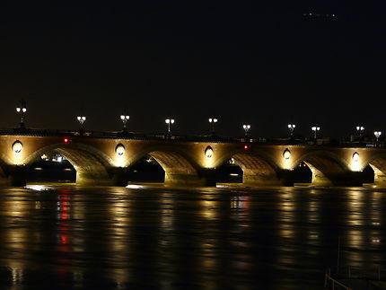 Pont de Pierre de nuit
