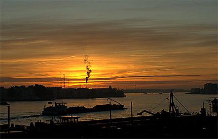 Dans le port d'Amsterdam... à 5h00 du matin.