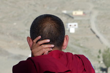 Réflexion au monastère de Thiksé