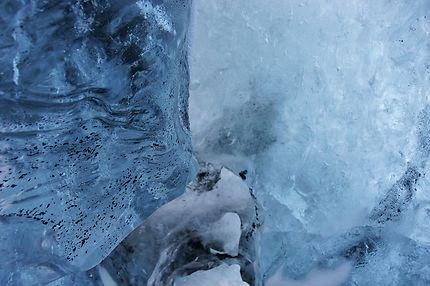 Intérieur d'une grotte bleue à Vatnajökull