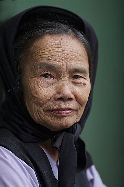 Dame de Bat Trang se pretant volontiers à la photo au sourire en demi teinte