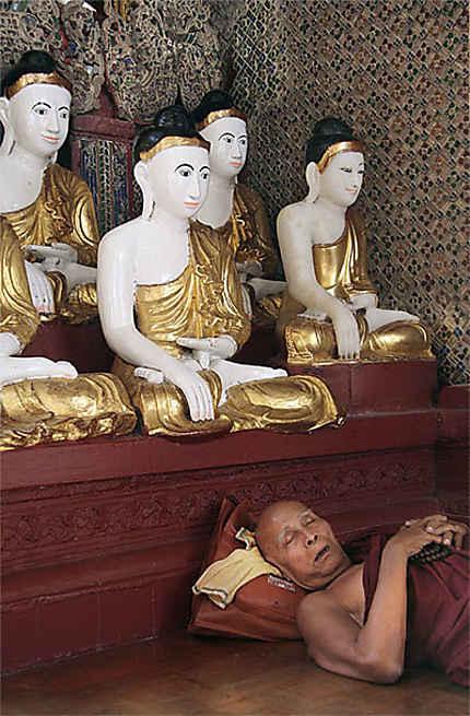 Sieste à la Swedagon pagoda