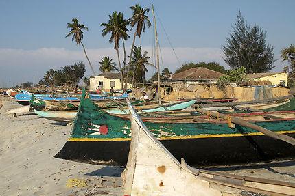 Barques sur la plage à Morondava, Madagascar