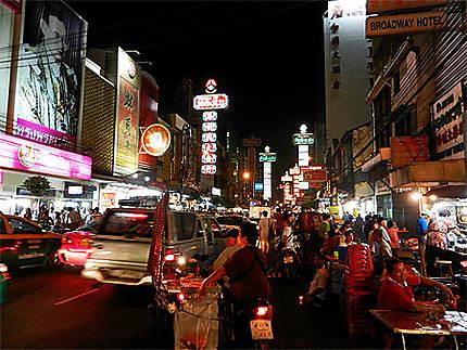 Scène de nuit trépidante dans le quartier chinois de Bangkok