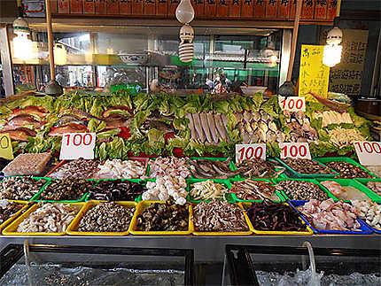 Ile de Cijin. Stand de poissons et de fruits de mer