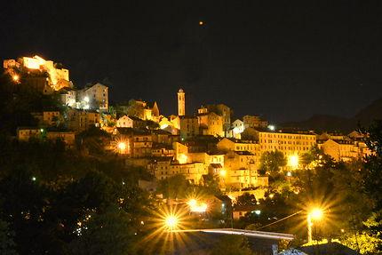 Vue nocturne sur la ville de Corte, en Corse
