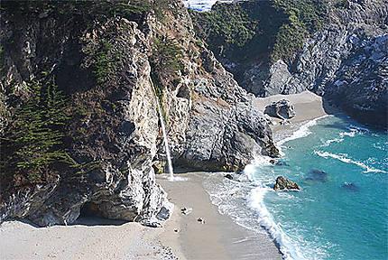 Cascade sur la plage