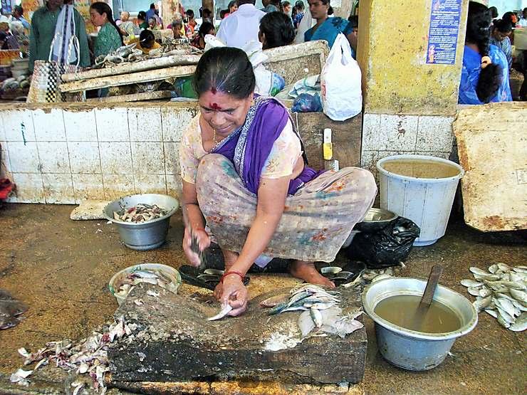 Vendeuse de poissons à Pondichéry, Inde