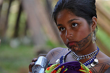 Tatouages et bijoux d'une jeune femme emberá