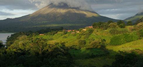 L'Arenal : le Costa Rica, au-dessous du volcan - notsunami - Fotolia