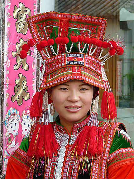 Jeune femme en costume traditionnel