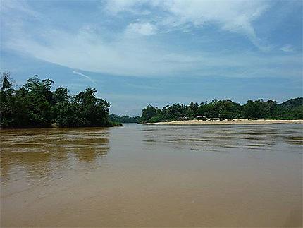 La rivière Tembeling à Kuala Tembeling