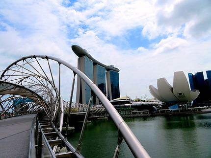 Passerelle moderne à Marina Bay