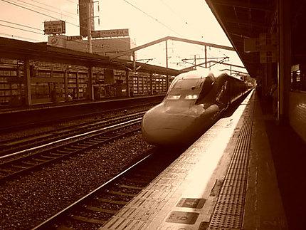 Entrée d'un Shinkansen ornithorynque en gare d'Himeji