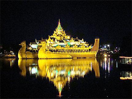 Barque royale du lac Kandawgyi