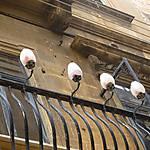 Balcon éclairé à l'ancienne