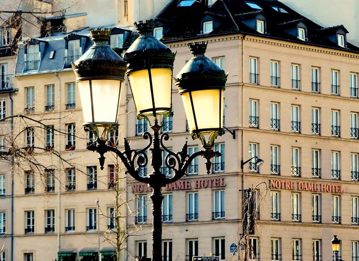 Candélabres, parvis de la cathédrale Notre-Dame, Paris