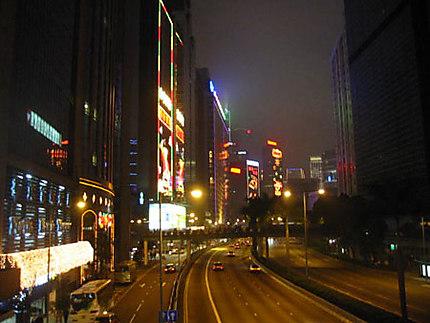 Ambiance de nuit dans les rues de Hong Kong