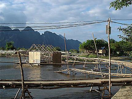 Ponts de bambou sur le fleuve