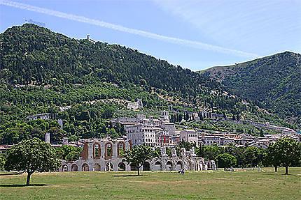 Gubbio, le théâtre romain et la vieille ville
