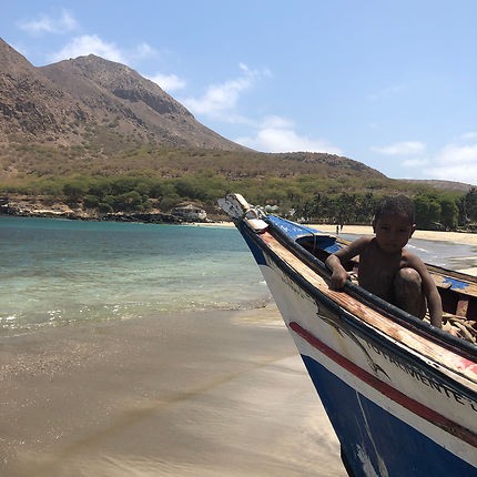 Tarrafal, bateau et enfant, Cap-Vert