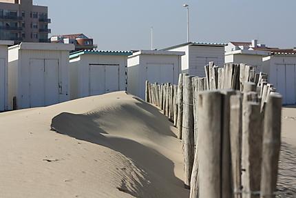La plage de Calais avec les chalets