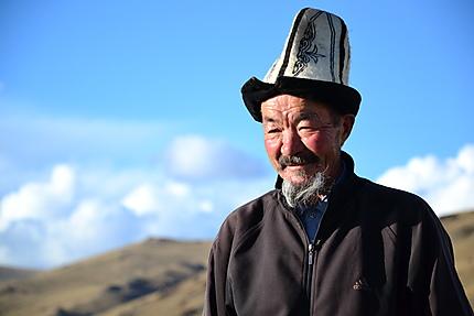Portrait d'un kirghize en tenue traditionnelle