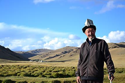 Vieux kirghize devant le campement de yourte