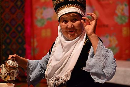 Femme kirghize en tenue traditionnelle