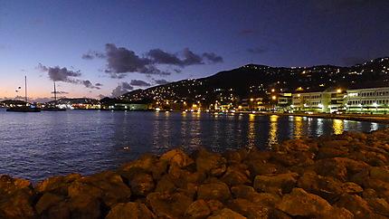 Baie de Charlotte Amalie de nuit