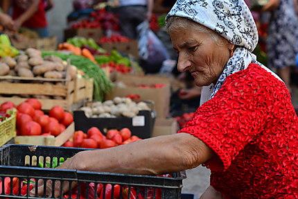 Femme aux poivrons, marché d'Och de Bichkek