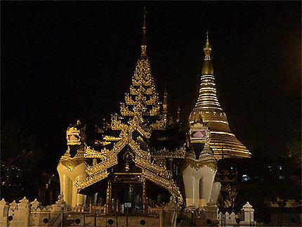 La porte Sud de Shwedagon by night