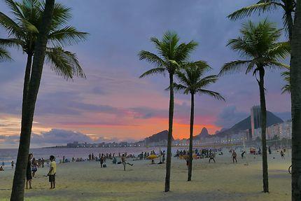 Plage de Copacabana au crépuscule