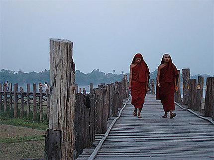 Promenade de jeunes moines sur le pont U-Bein