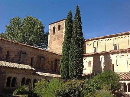 Cour du cloître de Saint-Guilhem-le-Désert