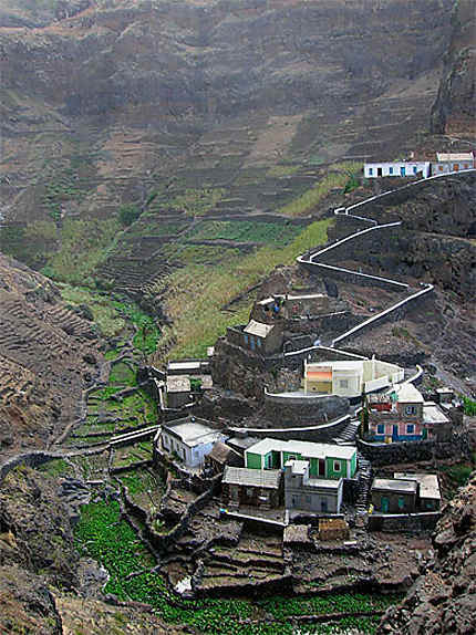 Village entre les montagnes