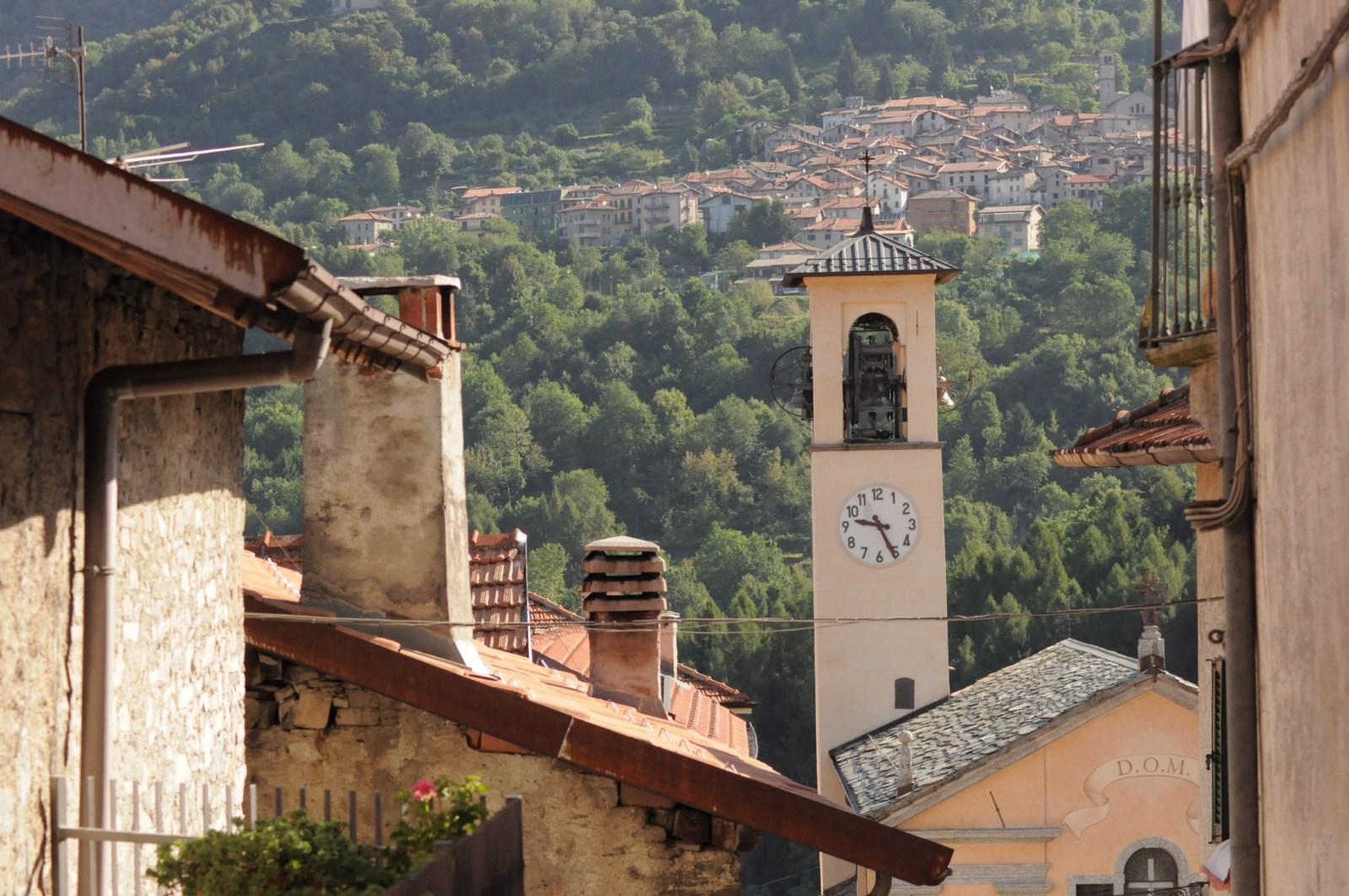 Eglise de Molina et vue sur le village de Lemna