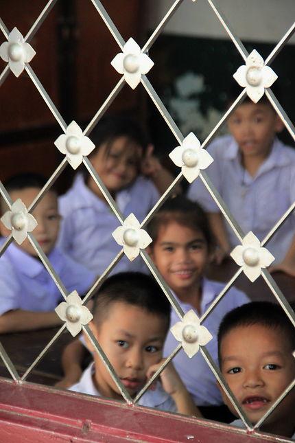 à travers la fenêtre, des écoliers à Vientiane