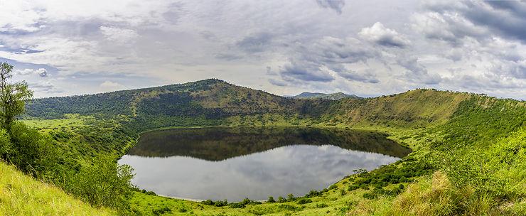 Lac de cratère au parc national de Queen Elizabeth