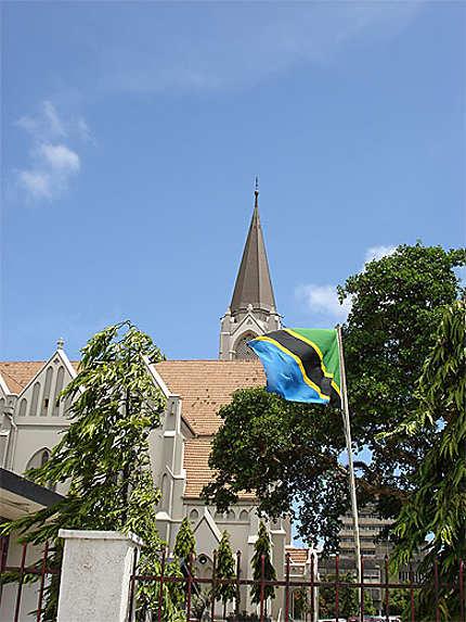 La Cathédrale et le drapeau de Tanzanie