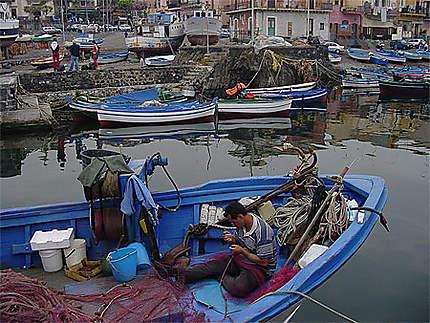 Dans le port d'Aci Trezza