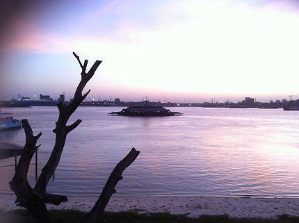 Port de Dar Es Salaam vu de loin