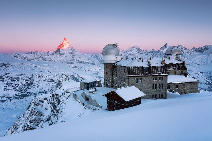 Le Cervin au lever du soleil derrière l'Hôtel du Gornergrat, Zermatt, Suisse